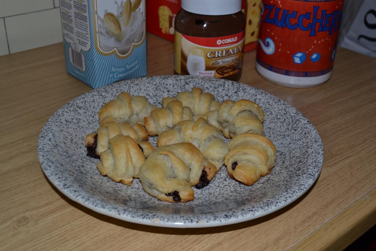 Minicroissants de mantequilla rellenos de crema de cacao y avellanas.